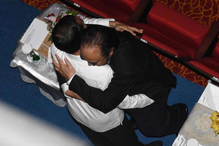Presiden Jokowi berpelukan dengan Surya Paloh ketika HUT ke-8 Nasdem di Jakarta International Teathre, Jakarta, Senin (11/11). (Antara/Indrianto Eko Suwarso).