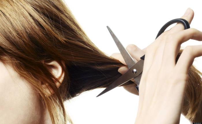 memangkas ujung rambut