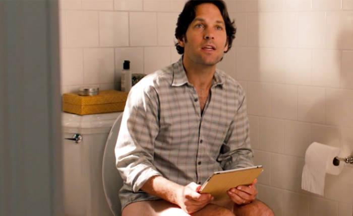 membawa gadget saat buang air di kamar mandi