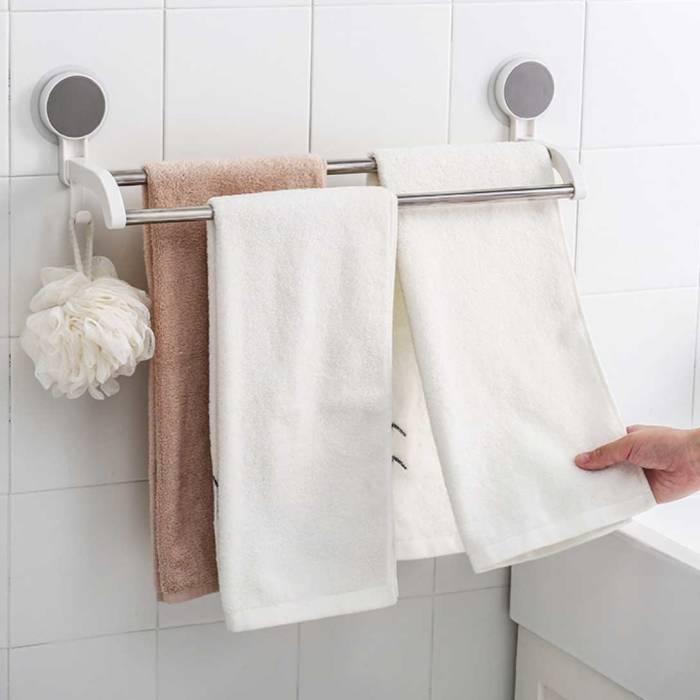 meninggalkan handuk basah di kamar mandi