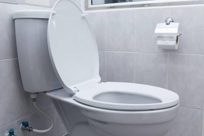 menyiram toilet dengan kondisi terbuka