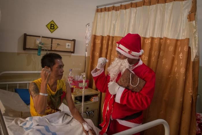 Natal 2019, Natal, sinterklas, santa claus, perayaan natal, indonesia, misa natal, unik, warna, warna-warni, tradisi, rumah sakit, pasien