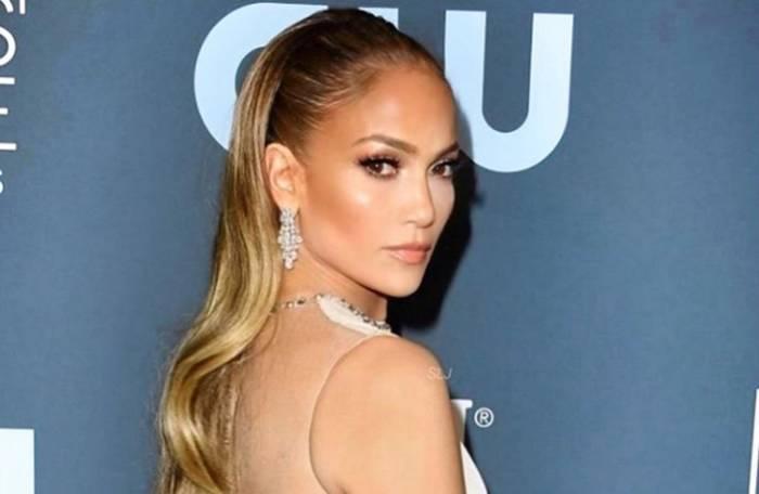 Jennifer Lopez bergaya di red carpet Critics` Choice Awards 2020 (Istagram/@jlo)