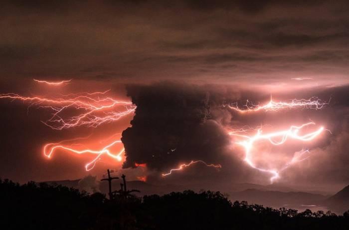 Gunung Taal di Filipina yang erupsi, Senin (13/1/2020), (Twitter/@franki_mackey)