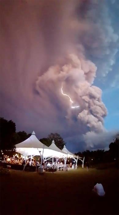 pernikahan, upacara pernikahan, menikah, gunung api meletus, gunung taal erupsi, gunung api erupsi, filipina, gunung meletus