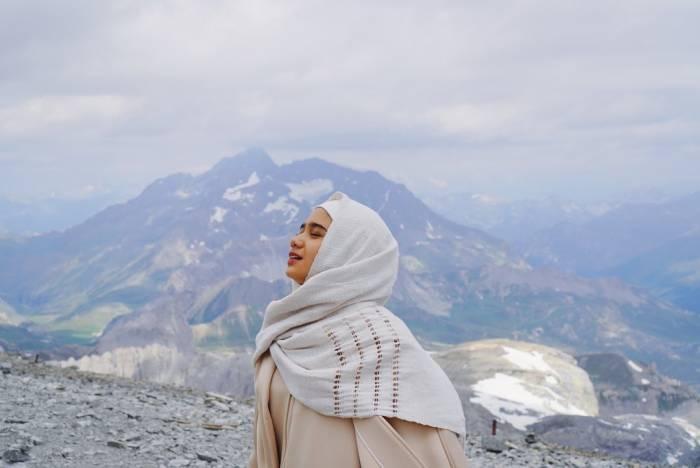 Tissa Biani saat melancong ke La Grande Motte, Tignes.