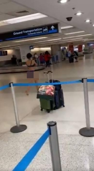wanita yang berjalan telanjang di bandara