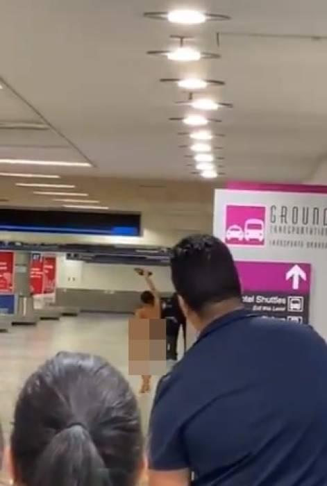 wanita telanjang di bandara