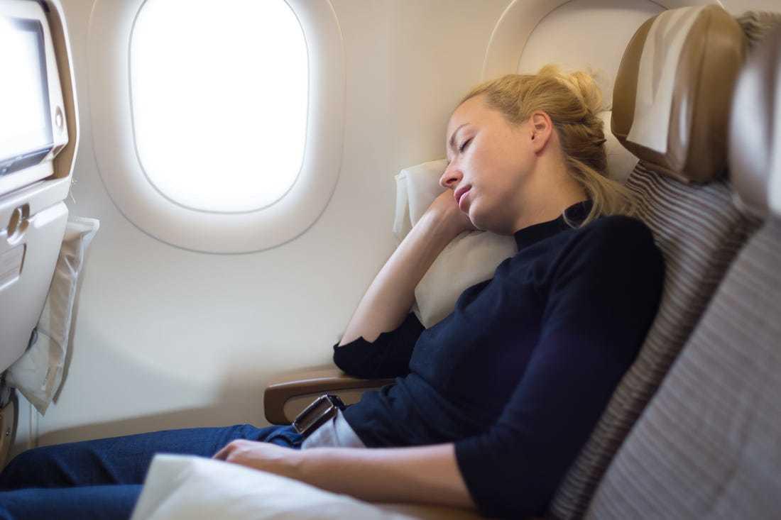 Cara Mudah Tidur di Pesawat, Siapkan Peralatan Ini