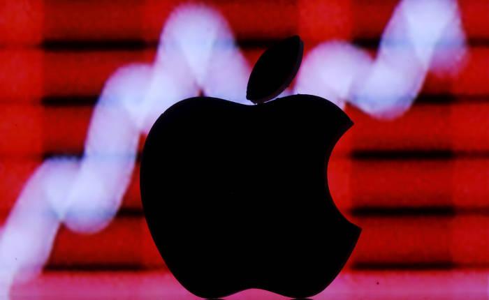 Ilustrasi gambar logo Apple yang dicetak 3D, di depan sebuah grafik