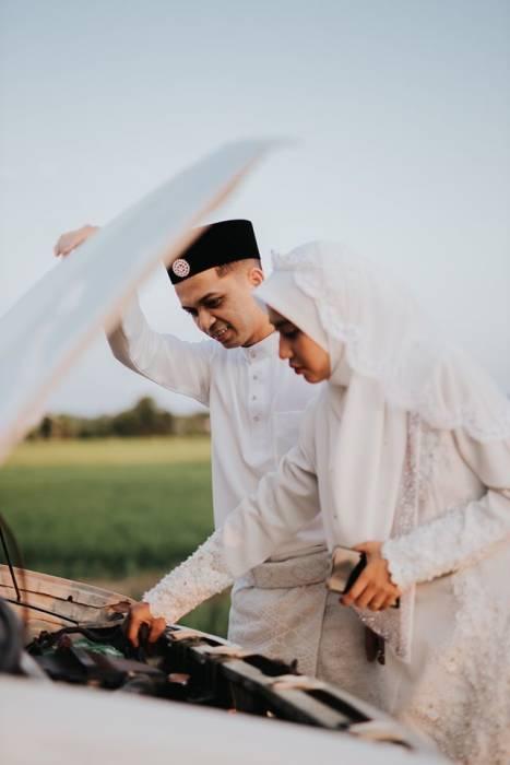 Foto pernikahan Nur dan Herman dengan tema insiden mobil mogok