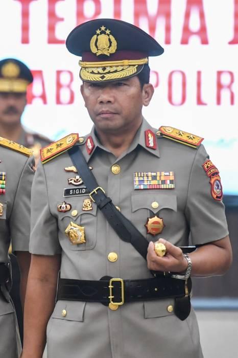 Kapolda Kalimantan Barat Irjen Pol Remigius Sigid Tri Hardjanto mengikuti upacara serah terima jabatan pejabat tinggi Polri di Mabes Polri, Jakarta, Selasa (11/2/2020). (ANTARA FOTO/Hafidz Mubarak A)