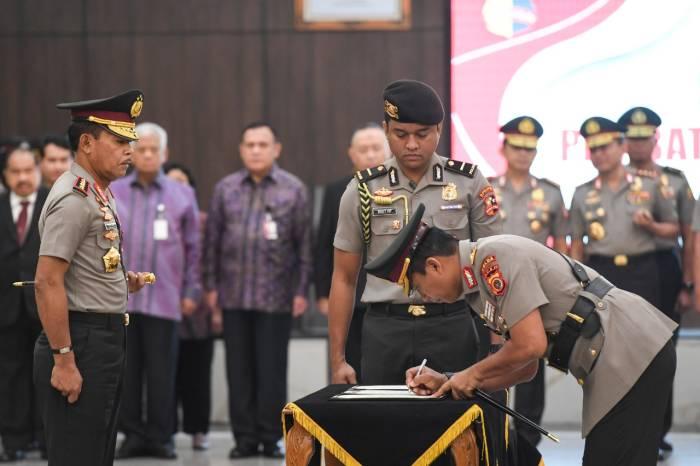 Kapolri Jenderal Pol Idham Azis (kiri) menyaksikan Kapolda Aceh Brigjen Pol Wahyu Widada (kanan) menandatangani berkas acara saat upacara serah terima jabatan pejabat tinggi Polri di Mabes Polri, Jakarta, Selasa (11/2/2020). (ANTARA FOTO/Hafidz Mubarak A)