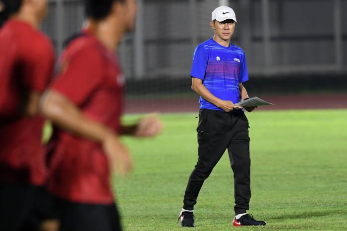 Shin Tae-Yong, latihan perdana timnas, Timnas Indonesia, Shin Tae Yong, GBK, Timnas, Indonesia, latihan Timnas