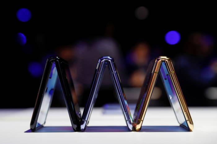 Tiga varian warna dari smartphone Samsung Galaxy Z Flip