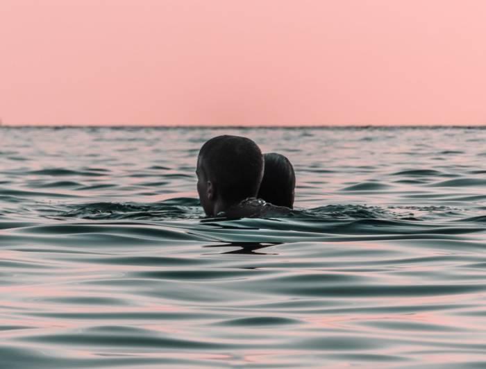 Ilustrasi wanita dan pria berenang bersama