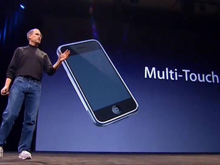 Steve Jobs saat memperkenalkan fitur Multitouch