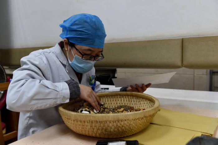 Obat Tradisional, Virus Corona, coronavirus, Covid-19, China, Cina, Tiongkok, Obat Tradisional Cina, Apoteker, Rumah Sakit, corona