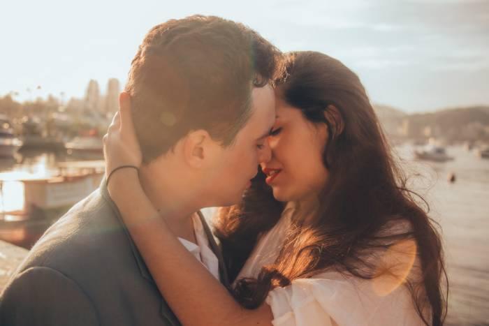 Ilustrasi pasangan berciuman