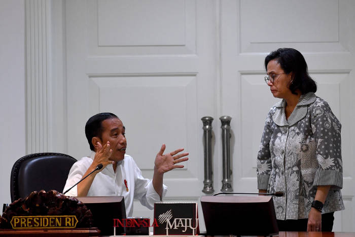 Presiden Joko Widodo berbincang dengan Menteri Keuangan Sri Mulyani