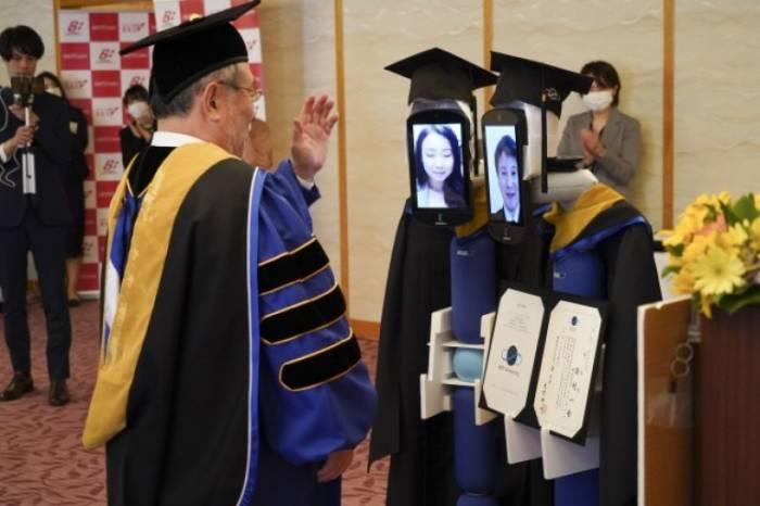 Unik, Universitas Ini Wisuda Mahasiswanya Pakai Robot untuk Cegah Corona