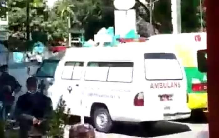 Mobil ambulans terparkir saat jenazah pasien meninggal dibawa pulang