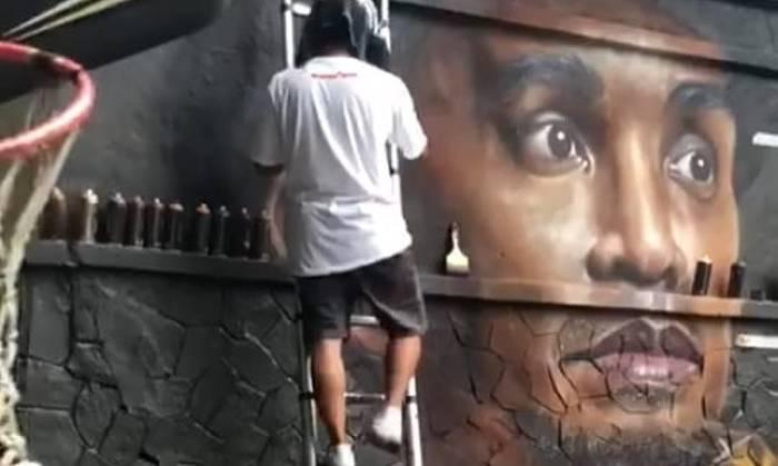 Sosok mendiang Glenn Fredly diabadikan dalam bentuk mural yang terpampang di lapangan basket bekas sekolahnya YPK Wijaya di kawasan Panglima Polim, Jakarta Selatan.
