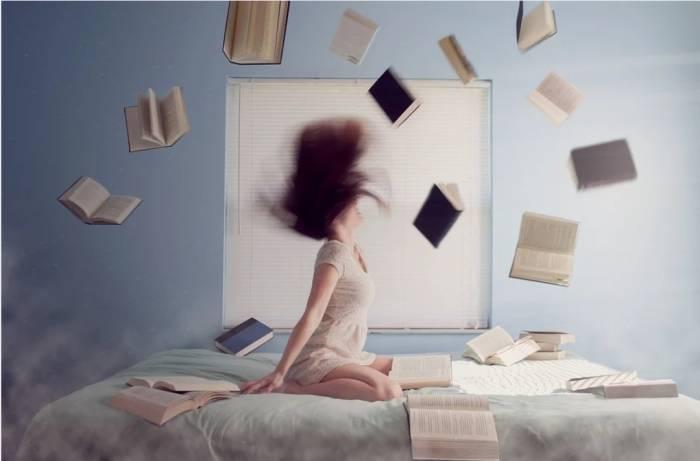 Ilustrasi membaca buku membuat rileks pikiran.