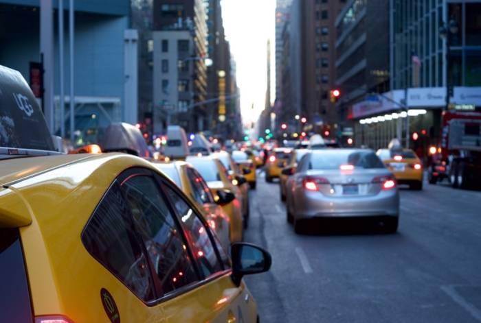 Ilustrasi naik transportasi saat ke kantor.