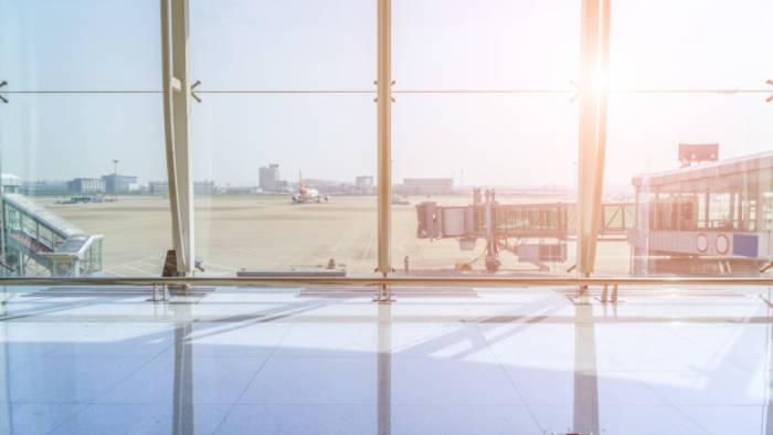 Ilustrasi terminal di bandara yang tampak sepi.