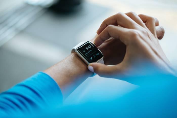 Seorang pria sedang menggunakan Apple Watch