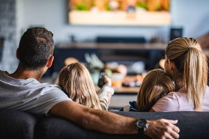 kegiatan lebaran di rumah menonton film bersama keluarga