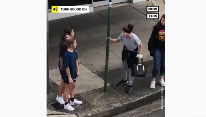 Aksi kekerasan yang dilakukan warga Australia terhadap remaja Vietnam.(YouTube/@nowthisnews)