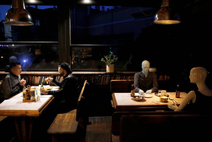 kafe, manekin, patung manekin, istanbul, social distancing, pandemi Covid-19, virus corona, COVID-19