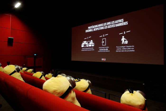 Minion, boneka minion, boneka minion di bangku penonton bioskop, social distancing, boneka minion untuk social distancing, paris, prancis, pandemi covid-19, Boneka Minion Jadi Pembatas Jarak Penonton Bioskop, boneka minion jadi pembatas jaga jarak
