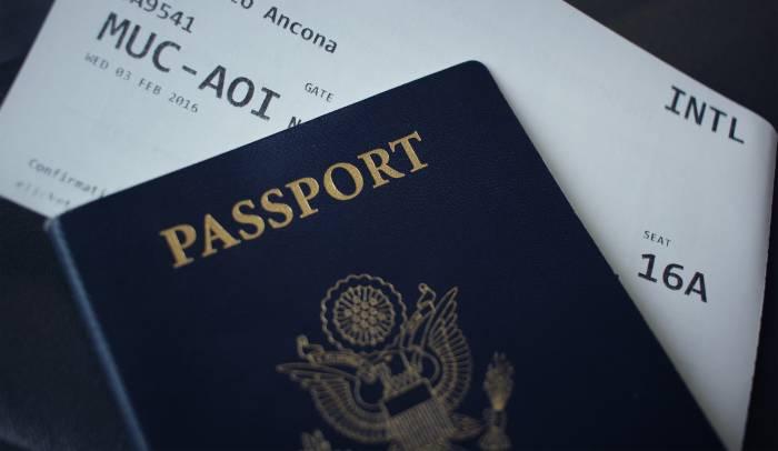 Ilustrasi passport dalam bentuk dokumen fisik