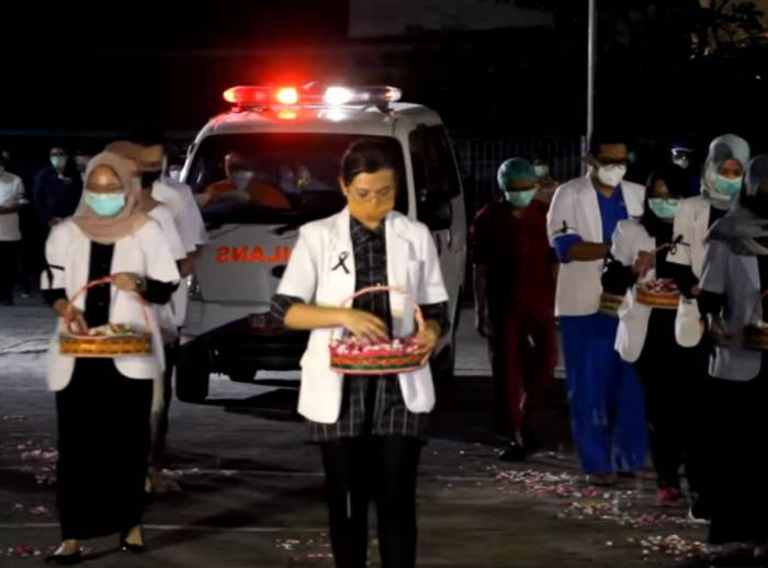 Mobil jenazah membawa almarhum dr Sovian Endy