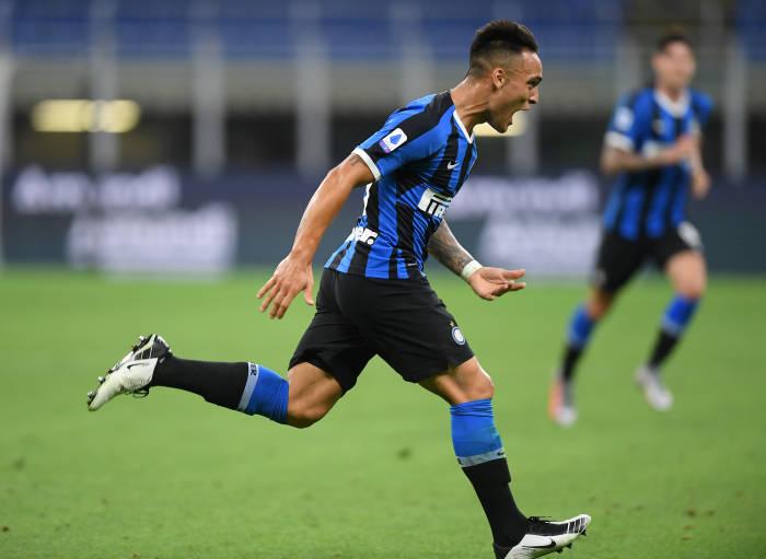 Lautaro Martinez mencetak gol ketiga untuk Inter. (REUTERS/Daniele Mascolo)