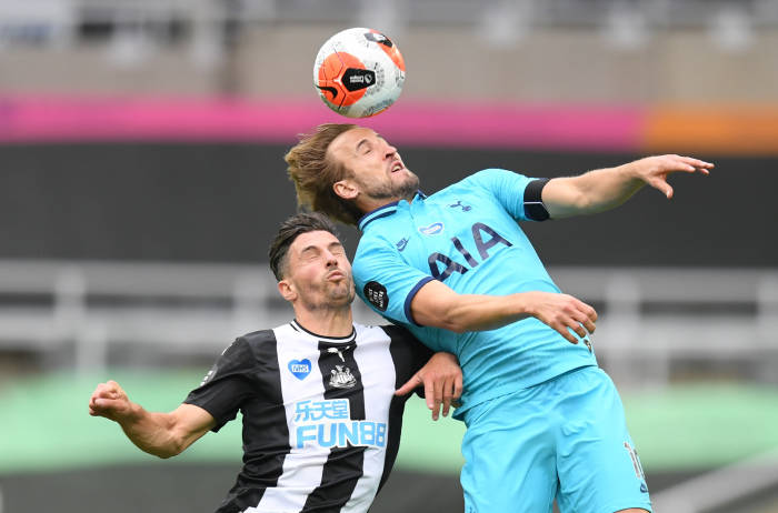 Penyerang Tottenham Hotspur, Harry Kane tengah berduel dengan pemain Newcastle United, Fabian Schar. (REUTERS/Michael Regan)