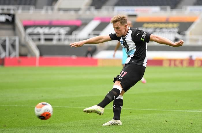 Pemain Newcastle United Matt Ritchie mencetak gol balasan ke gawang Tottenham. (REUTERS/Michael Regan)