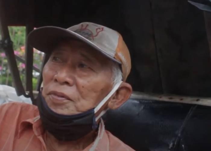 Sansibar (70) penarik becak dayung di Medan yang sudah semakin tergeser karena banyaknya pilihan moda transportasi. (Indozone/Tonggo Simangunsong)