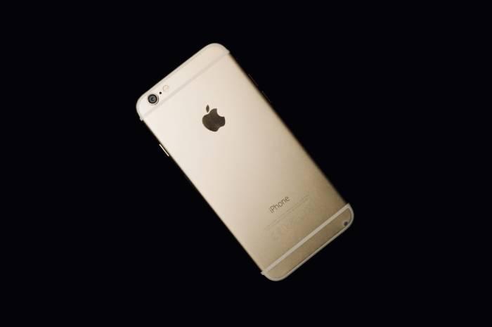 Smartphone iPhone 6 dengan bahan metal