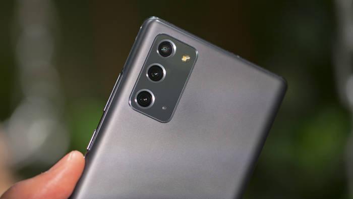 Samsung Galaxy Note 20 dengan bahan plastik