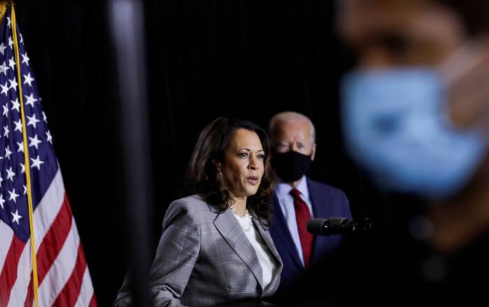 Kandidat presiden dari Partai Demokrat Joe Biden dan calon wakil presiden Kamala Harris berbicara kepada wartawan