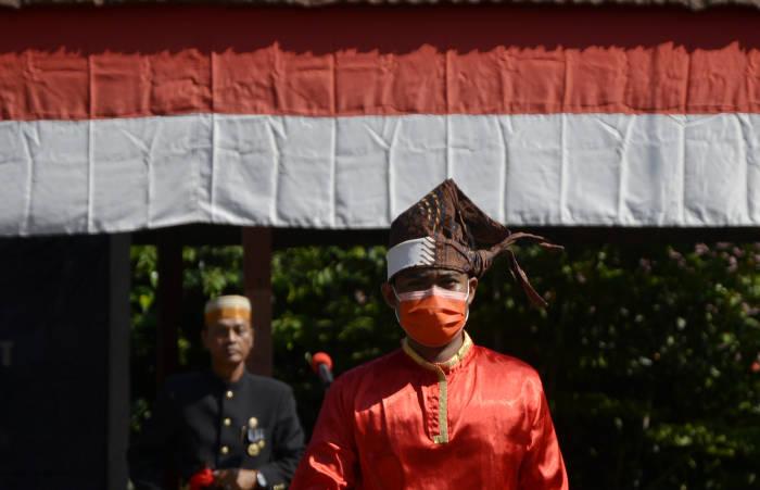 Keluarga Kerajaan Bajeng memakai baju adat memimpin upacara memperingati Kemerdekaan RI di Kawasan Balla Lompoa Kecamatan Bajeng, Kabupaten Gowa, Sulawesi Selatan, Jumat (14/8/2020)