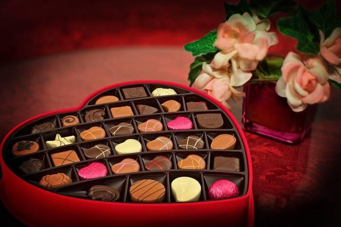 Kotak cokelat berbentuk hari di Hari Valentine.