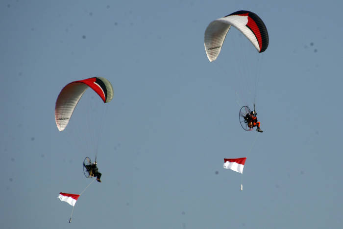 Pilot paramotor mengibarkan bendera Merah Putih di ketinggian