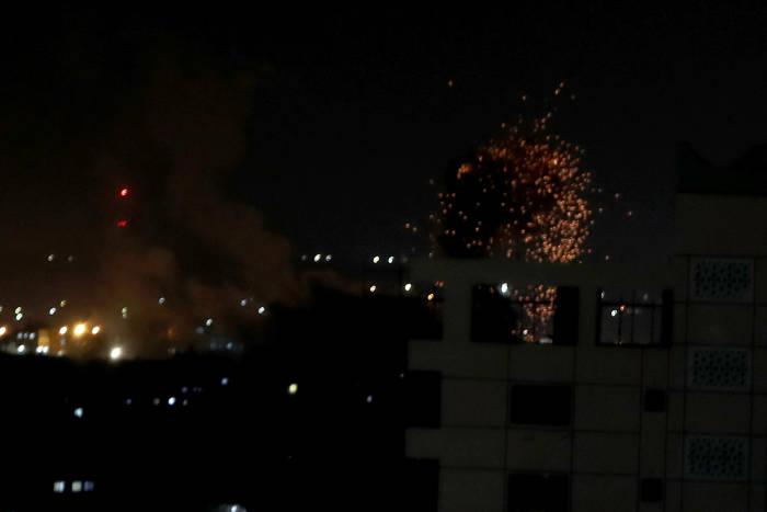 Api dan asap terlihat selama serangan udara Israel di Gaza 18 Agustus 2020.