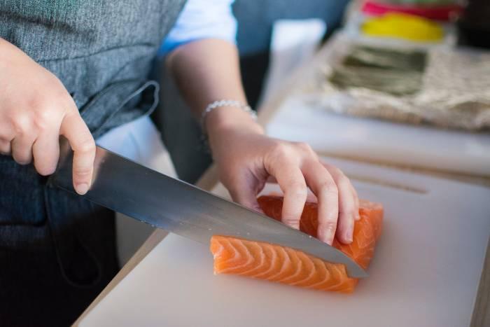Gejala Penyakit  Obat Tradisional obat asam urat alami ikan salmon meredakan nyeri asam urat