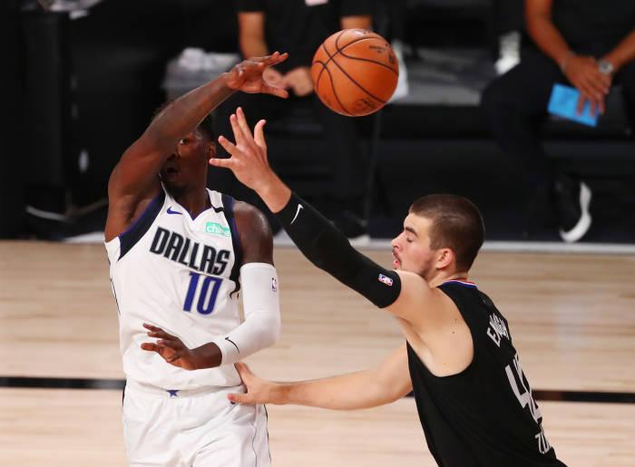 Penyerang Dallas Mavericks Dorian Finney-Smith (10) mengoper bola